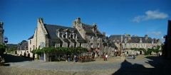 Immeuble - Français:   Locronan, Finistère, Bretagne, France. Place de l\'Église.