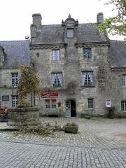 Immeuble - Français:   Immeuble - PA00090089 Place de l\'Église à Locronan (29).