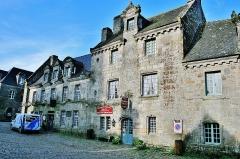 Immeuble - Français:   Façades des maisons, place de l\'église, à Locronan. Finistère