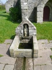 Chapelle de la Madeleine - Français:   Fontaine Saint Pustache devant la chapelle de la Madeleine en Penmarc\'h, Finistère, Bretagne, France.