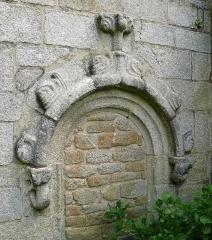 Chapelle de la Madeleine - Français:   Décor gothique au-dessus d\'une ancienne porte de la chapelle de la Madeleine en Penmarc\'h, Finistère, Bretagne, France.