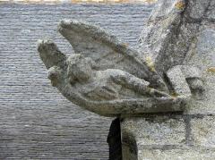 Eglise Saint-Nonna - Extérieur de l'église Saint-Nonna de Penmarc'h (29). Ange sculpté ornant un rampant d'un pignon.
