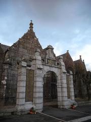 Eglise Saint-Pierre et chapelle funéraire - Français:   Monument aux morts de l\'église de Pleyber-Christ servant de portail.