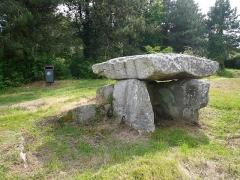 Deux dolmens de Kervadol et bande de terrain autour du dolmen - Français:   Second dolmen de Kervadol, commune de Plobannalec-Lesconil, Finistère, Bretagne, France.