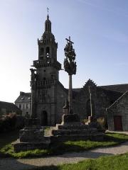 Chapelle Sainte-Marie - Calvaire et flanc sud de la chapelle Sainte-Marie-du-Ménez-Hom en Plomordien (29).