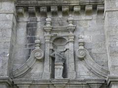Chapelle Sainte-Marie - Fronton du portail sud du clocher de la chapelle Sainte-Marie-du-Ménez-Hom en Plomordien (29).