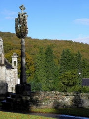 Chapelle de Saint-Herbot avec son calvaire - Calvaire de Saint-Herbot en Plonévez-du-Faou (29).
