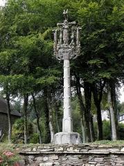 Chapelle de Saint-Herbot avec son calvaire - Calvaire de Saint-Herbot en Plonévez-du-Faou (29).Date de construction du calvaire