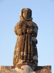 Eglise Saint-Pierre - Statue de saint à l'entrée nord de l'enclos paroissial de Ploudiry (29).