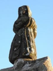 Eglise Saint-Pierre - Statue de sainte femme à l'entrée nord de l'enclos paroissial de Ploudiry (29).