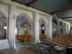 Eglise Saint-Pierre et croix dite du Bourg - Intérieur de l'église Saint-Pierre de Plougasnou (29). Arcature entre le collatéral nord et la nef principale.