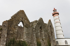 Ruines de l'abbaye Saint-Mathieu -  L'abbaye Saint-Mathieu de Fine-Terre et le phare de la pointe Saint-Mathieu.
