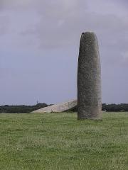 Menhir de Kergadiou - Français:   Menhir de Kergadiou, commune de Plourin (29).