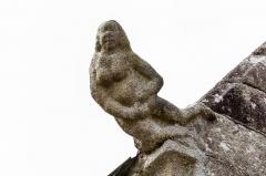 Chapelle Notre-Dame-de-Berven et abords - Crossette représentant Ève sculptée à gauche du chevet de la chapelle Notre-Dame-de-Berven à Plouzévédé (Finistère, Bretagne).