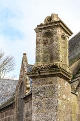 Chapelle Notre-Dame-de-Berven et abords - Français:   La chapelle Notre-Dame-de-Berven à Plouzévédé (Finistère, Bretagne).