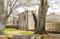 Chapelle Notre-Dame-de-Berven et abords - Escalier en pierre conduisant à la plate-forme supérieure d'une porte monumentale dont le couronnement est inachevé. Cet arc de triomphe (1575-1580) donne accès à la chapelle Notre-Dame-de-Berven à Plouzévédé (Finistère, Bretagne).