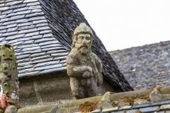 Chapelle Notre-Dame-de-Berven et abords - Crossette prenant la forme d'un homme, barbu, casqué et ayant la main droite sur la garde d'une épée. Sculpture située au-dessus de l'oratoire du Plénity de la chapelle Notre-Dame-de-Berven à Plouzévédé (Finistère, Bretagne).