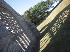 Ruines de la chapelle de Languidou - Deutsch: Schattenspiel in der Nachmittagssonne, nur bei einer Ruine möglich!