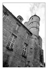 Hôtel de ville, dit aussi le Vieux Château, ou château des Barons du Pont - Français:   Photo noir et blanc du Monument en contre plongée. Vue de la tour principale avec l\'horloge et d\'une partie du corps central. Liseret noir et marges blanches. Photo n&b réalisée en argentique format 6x7 numérisée.