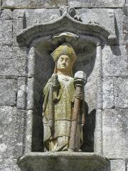 Eglise Saint-Ouen - Français:   Statue de Saint-Ouen du pignon du porche sud de l\'église Saint-Ouen de Quéménéven (29).