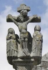 Eglise Saint-Ouen - Français:   Le Christ en Croix entre la Vierge et Saint-Jean. Détail du calvaire de l\'enclos paroissial de Quéménéven (29).