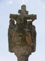 Eglise Saint-Ouen - Français:   Pietà. Détail du calvaire de l\'enclos paroissial de Quéménéven (29).