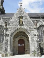 Eglise Saint-Ouen - Français:   Porche sud de l\'église Saint-Ouen de Quéménéven (29).