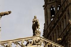 Ancien évêché, actuellement musée départemental breton - Français:   Statue du roi Gradlon située entre les flèches de la cathédrale.