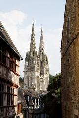 Ancien évêché, actuellement musée départemental breton - Français:   La cathédrale Saint Corentin vue depuis la rue du Lycée.