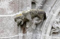 Ancien évêché, actuellement musée départemental breton - Français:   Une statue sur la façade de la cathédrale Saint-Corentin de Quimper.