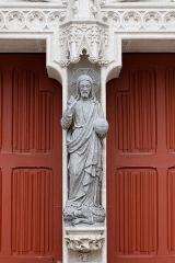 Ancien évêché, actuellement musée départemental breton - Français:   Statue du Christ bénissant au trumeau du portail occidental de la cathédrale Saint-Corentin de Quimper.