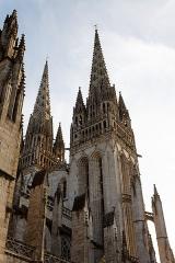 Ancien évêché, actuellement musée départemental breton - Français:   Vue septentrionale des flèches de la cathédrale de Quimper.