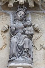 Ancien évêché, actuellement musée départemental breton - Français:   Vierge à l\'Enfant au tympan du portail Notre-Dame ou Sainte-Catherine, façade méridionale de la cathédrale Saint-Corentin de Quimper.