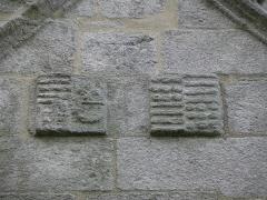 Chapelle du Moustoir - Français:   Armes timbrant la façade occidentale de la chapelle du Moustoir en Kernével (29).