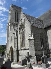 Eglise Saint-Jean-Baptiste - Tour, porche et chapelle méridionale de l'église de Saint-Jean-du-Doigt (29).