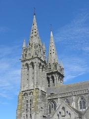 Ancienne cathédrale Saint-Paul-Aurélien - Français:   Clochers et flanc sud de la cathédrale Saint-Pol-Aurélien en Saint-Pol-de-Léon (29).