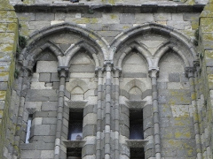 Ancienne cathédrale Saint-Paul-Aurélien - Français:   Arcature ornant la face sud de la tour méridionale de la cathédrale Saint-Pol-Aurélien en Saint-Pol-de-Léon (29).