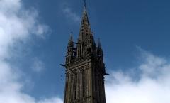 Eglise Notre-Dame du Creisker ou Kreisker - Le clocher du Kreisker, du haut de ses 78m, domine la ville de Saint-Pol-de-Léon et surplombe les nuages. C'est le plus haut de Bretagne.