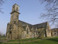 Chapelle Saint-Sébastien, arc de triomphe, calvaire et placître - Français:   Façade occidentale et flanc sud de la chapelle Saint-Sébastien en Saint-Ségal (29).