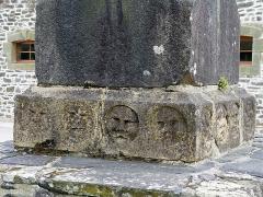 Chapelle Saint-Sébastien, arc de triomphe, calvaire et placître - Deutsch: Saint Segal (Bretagne, Finistere) Saint Sebastien, Calvaire: Sockel mit Masken.