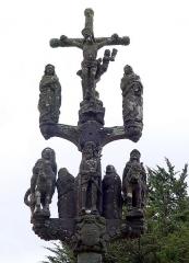 Chapelle Saint-Sébastien, arc de triomphe, calvaire et placître - Deutsch: Saint Segal (Bretagne, Finistere) Saint Sebastien, Calvaire - westliche Seite: Kruzifix, Maria, Johannes, Geiselung, römische Soldaten.