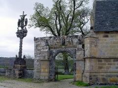 Chapelle Saint-Sébastien, arc de triomphe, calvaire et placître - Deutsch: Saint-Ségal (Bretagne, Finistère): Kapelle Saint Sebastien, Triumphbogen und Calavire.