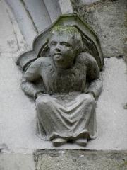 Eglise Saint-Marse - Façade nord de l'église Saint-Marse de Bais (35). Culot à la base d'une archivolte de fenêtre. Jeune homme.