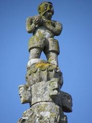 Eglise Saint-Marse - Façade sud de l'église Saint-Marse de Bais (35). Première chapelle. Contrefort d'angle sud-ouest. Pinacle. Statue sommitale.