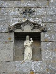 Eglise Notre-Dame - Extérieur de l'église Notre-Dame-de-Toutes-Joies de Broualan (35). Niche à la Vierge à l'Enfant de la costale sud du chœur.