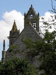 Eglise Notre-Dame - Extérieur de l'église Notre-Dame-de-Toutes-Joies de Broualan (35). Partie haute de la façade occidentale et clocher.