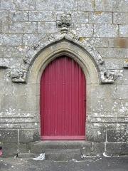 Eglise Notre-Dame - Extérieur de l'église Notre-Dame-de-Toutes-Joies de Broualan (35). Porte de la costale méridionale de la nef