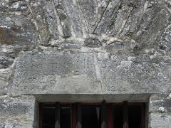 Ancienne collégiale, actuellement église Sainte-Marie-Madeleine - Inscription au linteau de la fenêtre sud de la tour-clocher de la collégiale Sainte-Madeleine de Champeaux (35).