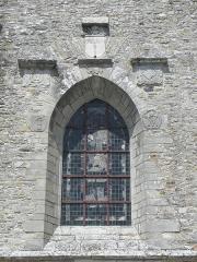 Ancienne collégiale, actuellement église Sainte-Marie-Madeleine - Monogrammes, armes et cadran solaire de la chapelle d'Espinay de la collégiale Sainte-Madeleine de Champeaux (35).