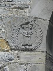 Ancienne collégiale, actuellement église Sainte-Marie-Madeleine - Monogramme à gauche de la fenêtre de la chapelle d'Espinay de la collégiale Sainte-Madeleine de Champeaux (35).